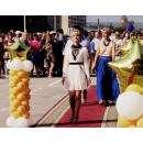 По красной ковровой дорожке ежегодно проходят по площади в Бердске золотые медалисты школ и их родители