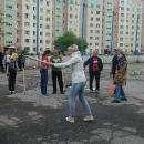 Бердчане учатся играть в городки на дворовых площадках