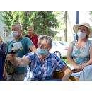 Наталья Слесарева (в центре) на собраниях и пикетах неизменно появляется с камерой