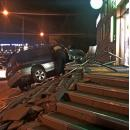 Врезался в крыльцо «Сбербанка» и разрушил его автомобиль в Бердске
