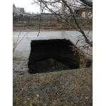 Один из провалов коллектора на ул. Ушакова в Бердске