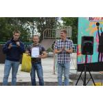 Победитель проекта Роман Кожевников на фото в центре