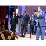Мэр Бердска Евгений Шестернин на сцене ДК Родина 2 сентября 2016 года получил из рук губернатора Владимира Городецкого сертификат на 10 автобусов
