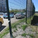 Сетчатый забор на ул. Попова в Бердске. Уберут ли его за тротуар?