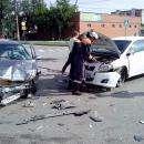 Жесткое столкновение двух иномарок на перекрестке в Бердске