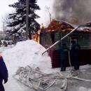 На глазах пожарных сгорел деревянный дом в Бердске