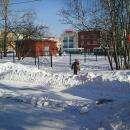При уборке снега в школе №11 в Бердске дети бегали возле тракторов
