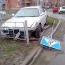 «Mitsubishi» сбил металлическое ограждение на перекрестке в Бердске