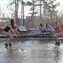 Видео: Фотомодели искупались в грязной воде на дороге Новосибирска