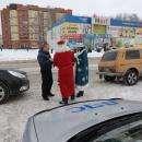 Снегурочка из ГИБДД Бердска подарила водителям новогодние подарки