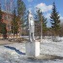 Памятник Зое Космодемьянской на территории школы №11 города Бердска