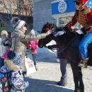 Гусар от «Санрайза» дарит тюльпаны жительницам Бердска и Академгородка