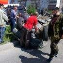 Очевидцы быстро вернули автомобиль на колёса. Пострадал пассажир