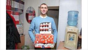 """В прошлом году сотрудники МУП """"КБУ"""" Бердска сложились деньгами и привезли три коробки шоколадных яиц"""