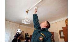 Будильник спасения можно приклеить к потолку на двусторонний скотч