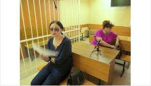 Дарья Сафина в суде Бердска старательно прячет лицо от фотокамер