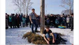 Ледяной столб - самый популярный конкурс на Масленицу в Бердске