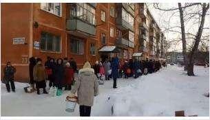 В огромную очередь за водой выстроились жители Бердска