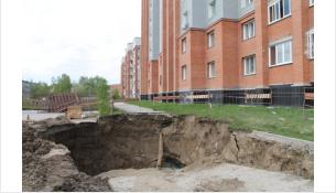 Провал на ул. Рогачева летом 2017 года
