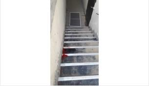 5-ти летняя девочка облокотилась на москитную сетку и выпала
