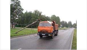 КамАЗ сбил три бетонных опоры электропередач у Изумрудного в Бердске