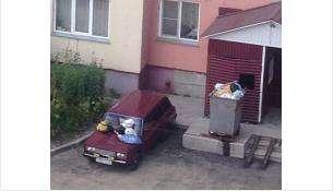 Водитель автомобиля ВАЗ-2104 не внемлет просьбам не перекрывать дорогу мусоровозу