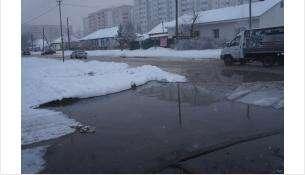 Стоки разлились по улице в Микрорайоне Бердска