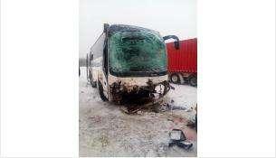 Водителя рейсового автобуса зажало в кабине на трассе под Новосибирском