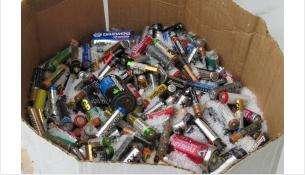 Батарейки не нужно выбрасывать в мусорное ведро. Это опасно для почвы