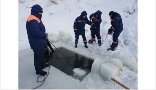 Спасатели выпиливали лёд, чтобы достать тело