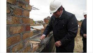 Глава Бердска Евгений Шестернин участвовал в закладке кирпича в новой школе в Южным