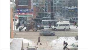 Дорожники каждый день убирают городские улицы