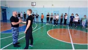 Сотрудники ППС полиции Бердска провели для школьников «Зарядку со стражем порядка»