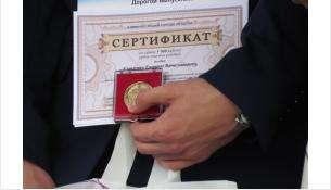 Медаль за успехи в учёбе дают только самым прилежным ученикам