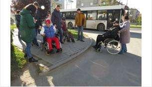 Колясочники не смогли проехать по перекресткам в Бердске