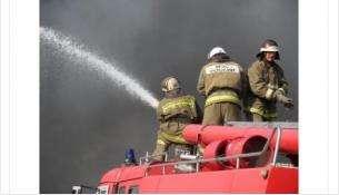 Пожарные ликвидируют огонь