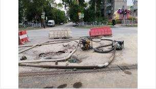 На пересечении улиц Ленина и Герцена в Бердске почти 4 месяца круглосуточно работают насосы