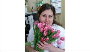 Старшая медицинская сестра, медсестра-анестезист Анна Викторовна Архипова сегодня принимает поздравления