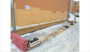 Возле здания почты опасные участки оградили вот таким оригинальным способом