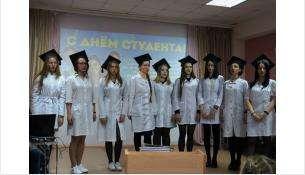 Студентки медицинского колледжа исполнили Гаудеамус