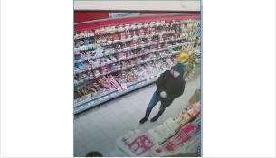 Украл 20 батонов колбасы, 3 пачки кофе и 2 банки икры покупатель в магазине «Мария Ра» в Бердске