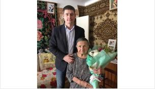 Депутат горсовета Бердска Андрей Вишневский и 90-летняя Агафья Паклина