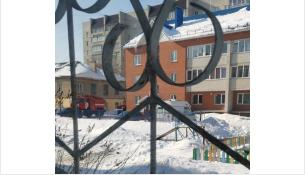 Жители соседнего дома видели, как к двухэтажке съезжаются экстренные службы