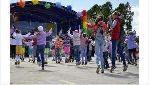 Обычно 1 июня для детей устраивали праздник, открывались аттракционы в парке