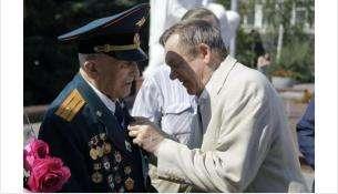 Медаль вручил ветерану заместитель Председателя регионального парламента Владимир Карпов