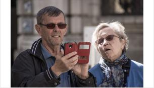 Жертвами мошенников могут стать и пожилые, и молодые люди