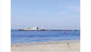 Земснаряд и баржу видно с берега