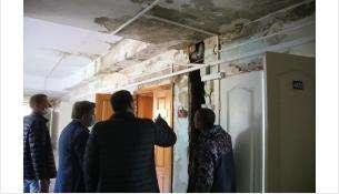 Оставшуюся без крыши хирургию Бердска рабочие во время дождя спасали от потопа