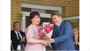 Директор лицея №6 Зоя Родина получила цветы от мэра Бердска Евгения Шестернина 1 сентября 2020 года