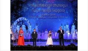 Торжественная церемония награждения рождественских стипендиатов идет в Бердске